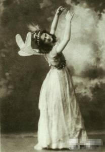 她被罵作高級應召女郎,45歲嫁給小她18歲詩人,二人先後離奇身亡…