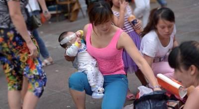 大嫂和我同時抱著孩子去婆婆家,進門沒多久我氣炸離開!