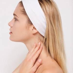 穿「一字領」正夯,但妳的頸部保養做好了嗎?做好以下10點,輕鬆駕馭!