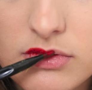 只要準備『2樣材料』,就可輕鬆DIY做出『撕染唇膏』!快告訴身邊的姐妹吧!