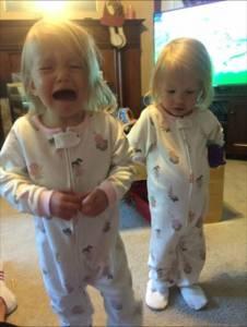 兩年了,那對手牽手出生的雙胞胎長大了!看到2歲的她們,你就會知道牽手出生不是偶然~