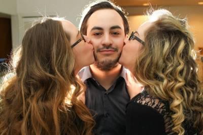 「盡享齊人之福!」美雙胞胎姊妹什麼都要共享,包括男朋友...